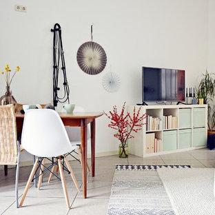 Mittelgroßes Modernes Wohnzimmer Mit Weißer Wandfarbe, Linoleum Und  Freistehendem TV In Düsseldorf
