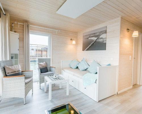 Offenes, Repräsentatives Maritimes Wohnzimmer Mit Weißer Wandfarbe, Laminat,  Wand TV Und Grauem