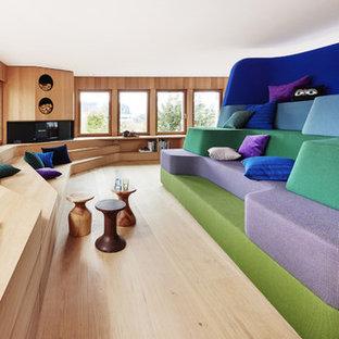 Repräsentatives, Offenes Eklektisches Wohnzimmer mit hellem Holzboden, Kamin und Kaminsims aus Holz in Sonstige