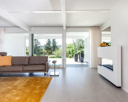 Großes, Offenes Modernes Wohnzimmer Mit Weißer Wandfarbe, Keramikboden,  Eckkamin, Verputztem Kaminsims Und