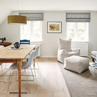 Offenes, Kleines Skandinavisches Wohnzimmer mit weißer Wandfarbe und hellem Holzboden in Sonstige