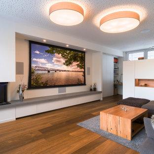 Großer, Abgetrennter Moderner Hobbyraum mit weißer Wandfarbe, braunem Holzboden, Eckkamin, verputzter Kaminumrandung, braunem Boden und Tapetendecke in Nürnberg