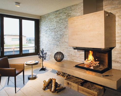 Mittelgroßes Modernes Wohnzimmer Mit Beiger Wandfarbe, Kamin Und Kaminsims  Aus Holz In München