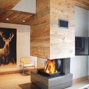 Modernes Wohnzimmer Mit Weißer Wandfarbe, Tunnelkamin, Kaminsims Aus Holz  Und Wand TV In
