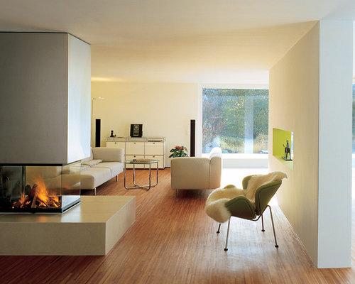 Gerumiges Offenes Modernes Wohnzimmer Mit Weisser Wandfarbe Braunem Holzboden Und Eckkamin In Mnchen