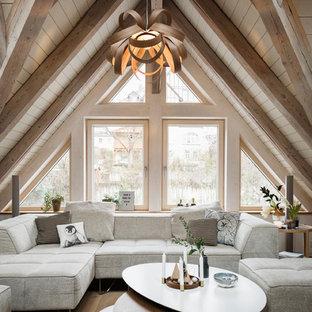 Nordisches Wohnzimmer mit braunem Holzboden und braunem Boden in Sonstige