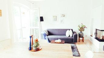 Helles Wohnzimmer mit Kamin in Berlin