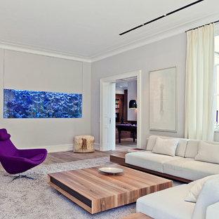 Abgetrenntes, Mittelgroßes, Fernseherloses Modernes Wohnzimmer Ohne Kamin  Mit Beiger Wandfarbe Und Gebeiztem Holzboden In