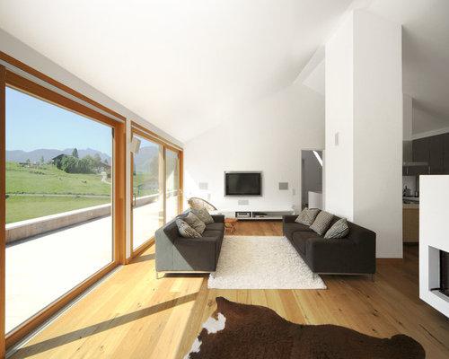 Großes, Offenes, Repräsentatives Modernes Wohnzimmer Mit Weißer Wandfarbe,  Braunem Holzboden, Kamin,