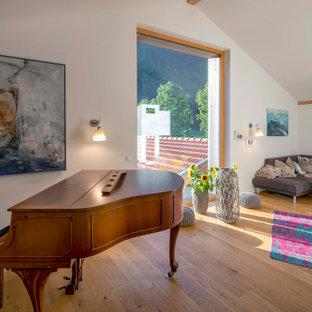 Country Wohnzimmer mit weißer Wandfarbe, braunem Holzboden, braunem Boden und gewölbter Decke in München