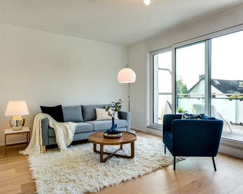 Abgetrenntes, Kleines, Fernseherloses Nordisches Wohnzimmer Ohne Kamin Mit  Weißer Wandfarbe, Hellem Holzboden Und