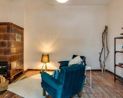 Kleines Fernseherloses Abgetrenntes Stilmix Wohnzimmer Mit Weisser Wandfarbe Braunem Holzboden Kaminofen