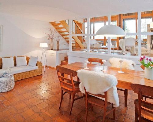 Charmant Offenes Landhausstil Wohnzimmer Ohne Kamin Mit Weißer Wandfarbe Und  Terrakottaboden In München