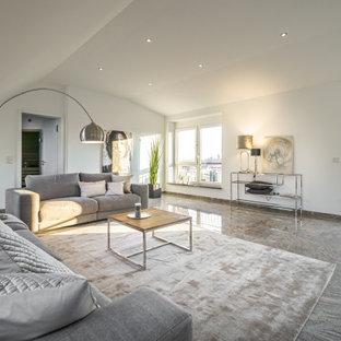 Offenes Modernes Wohnzimmer mit weißer Wandfarbe und grauem Boden in Hannover