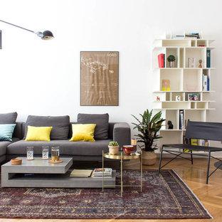 Repräsentatives, Abgetrenntes, Mittelgroßes, Fernseherloses Modernes Wohnzimmer ohne Kamin mit weißer Wandfarbe, hellem Holzboden und beigem Boden in Berlin