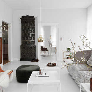 Großes, Fernseherloses, Abgetrenntes, Repräsentatives Modernes Wohnzimmer mit weißer Wandfarbe, Betonboden, Kaminofen, gefliestem Kaminsims und weißem Boden in Frankfurt am Main