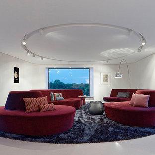 grosses fernseherloses abgetrenntes modernes wohnzimmer mit weisser wandfarbe und weissem boden in stuttgart