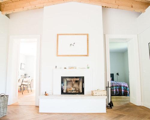 Mittelgrosse Abgetrennte Klassische Wohnzimmer Ideen Mit Weisser Wandfarbe Braunem Holzboden Kamin Und