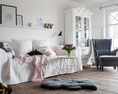 Fernseherloses Shabby Style Wohnzimmer Ohne Kamin Mit Weißer Wandfarbe Und  Terrakottaboden In Köln
