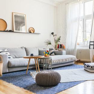Offenes, Mittelgroßes, Fernseherloses Modernes Wohnzimmer Ohne Kamin Mit  Weißer Wandfarbe, Braunem Holzboden Und