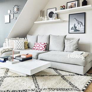 Mittelgroßes, Offenes Skandinavisches Wohnzimmer Mit Braunem Holzboden Und  Bunten Wänden In Hamburg
