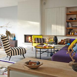 Ispirazione per un soggiorno scandinavo aperto con pareti multicolore, parquet chiaro, camino bifacciale, cornice del camino in intonaco e nessuna TV