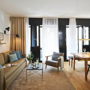 Mittelgroßes, Repräsentatives, Offenes Modernes Wohnzimmer ohne Kamin mit weißer Wandfarbe, braunem Holzboden, Wand-TV und beigem Boden in Sonstige