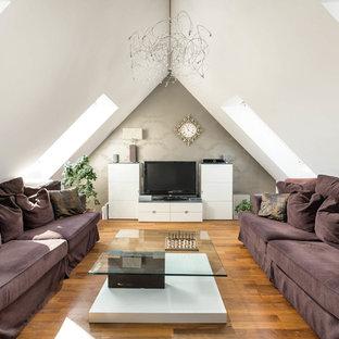 Kleines, Repräsentatives, Abgetrenntes Modernes Wohnzimmer ohne Kamin mit weißer Wandfarbe, braunem Holzboden, freistehendem TV und braunem Boden in München