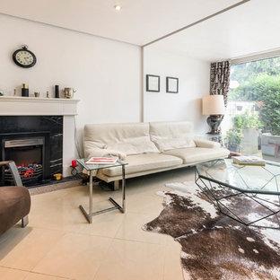 Idee per un soggiorno design di medie dimensioni e chiuso con pareti bianche, pavimento con piastrelle in ceramica, stufa a legna, cornice del camino in pietra e pavimento beige