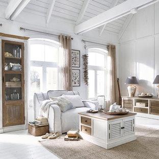Mittelgroßes, Abgetrenntes Maritimes Wohnzimmer ohne Kamin mit weißer Wandfarbe, hellem Holzboden und weißem Boden in Nürnberg