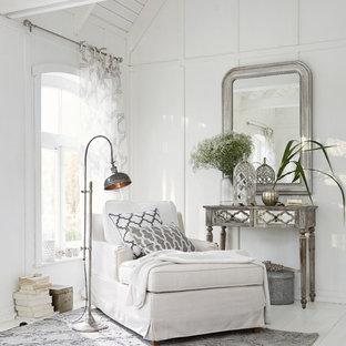 Modelo de sala de estar cerrada, de estilo de casa de campo, de tamaño medio, sin chimenea, con paredes blancas, suelo de madera clara y suelo blanco