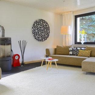 Mittelgroßes, Abgetrenntes Skandinavisches Wohnzimmer Mit Weißer Wandfarbe,  Teppichboden, Kaminofen Und Kaminsims Aus Metall