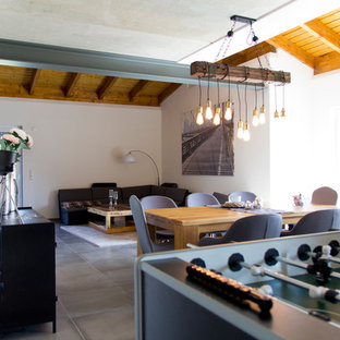 Mittelgroßer, Offener Industrial Hobbyraum ohne Kamin mit weißer Wandfarbe, grauem Boden und Keramikboden in Sonstige