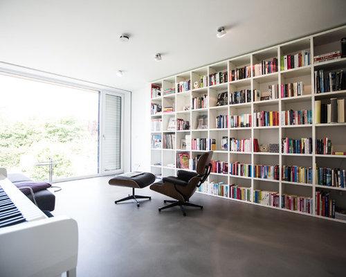 Moderne Bibliothek Mit Weißer Wandfarbe Und Betonboden In Hannover