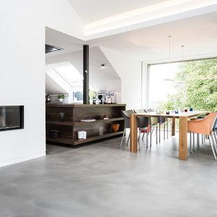 Ispirazione per un soggiorno contemporaneo aperto con pareti bianche, pavimento in linoleum, camino ad angolo e cornice del camino in intonaco