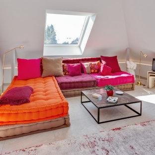 Modernes Wohnzimmer mit weißer Wandfarbe, grauem Boden und gewölbter Decke in München