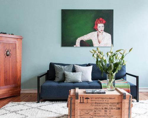 Kleines, Fernseherloses Stilmix Wohnzimmer Ohne Kamin Mit Blauer Wandfarbe,  Hellem Holzboden Und Braunem Boden