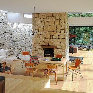 Wunderbar Großes, Offenes Modernes Wohnzimmer Mit Beiger Wandfarbe, Hellem Holzboden,  Kamin Und Kaminsims Aus
