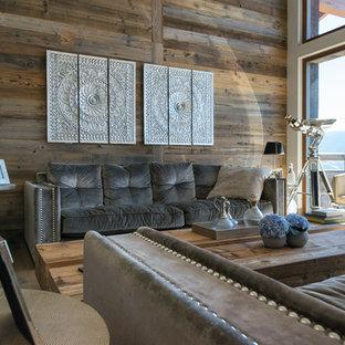 Modelo de sala de estar cerrada, exótica, de tamaño medio, sin chimenea, con paredes marrones, suelo de madera en tonos medios y suelo marrón