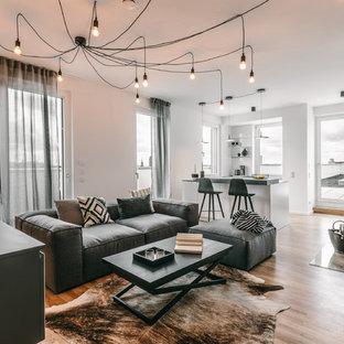 Offenes Modernes Wohnzimmer mit weißer Wandfarbe, braunem Holzboden und braunem Boden in Berlin