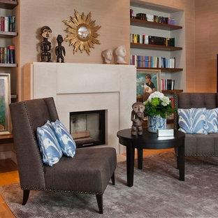 ハノーファーの中サイズのトロピカルスタイルのおしゃれなファミリールーム (ライブラリー、茶色い壁、無垢フローリング、標準型暖炉、石材の暖炉まわり) の写真