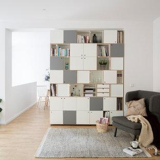 Mittelgroße, Fernseherlose, Abgetrennte Skandinavische Bibliothek ohne Kamin mit weißer Wandfarbe, hellem Holzboden und braunem Boden in Berlin