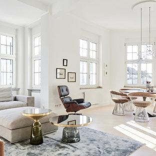 Großes, Offenes Modernes Wohnzimmer ohne Kamin mit weißer Wandfarbe, hellem Holzboden und beigem Boden in Köln