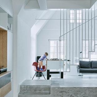 Mittelgroßes Modernes Wohnzimmer mit weißer Wandfarbe und Betonboden in Sonstige
