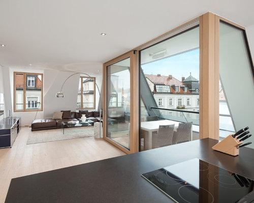 Großes, Offenes Modernes Wohnzimmer Mit Weißer Wandfarbe, Hellem Holzboden  Und Wand TV In