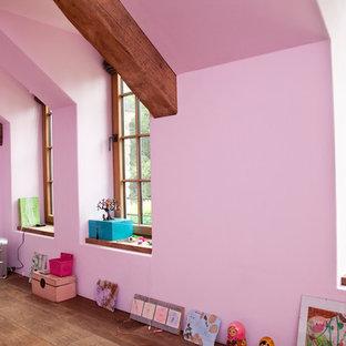 Modelo de sala de estar campestre, de tamaño medio, con paredes rosas, suelo de madera oscura y suelo marrón
