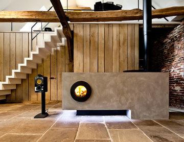 Kamin als Wärme-Sideboard in einem historischen Gebäude