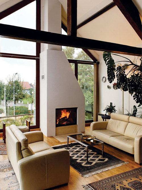 Einrichtungsidee Für Große, Offene Moderne Wohnzimmer Mit Weißer Wandfarbe,  Braunem Holzboden, Kamin Und