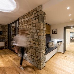 他の地域の中サイズのシャビーシック調のおしゃれなLDK (フォーマル、白い壁、無垢フローリング、コーナー設置型暖炉、漆喰の暖炉まわり、埋込式メディアウォール、茶色い床) の写真