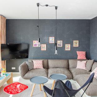 Kleines, Offenes Modernes Wohnzimmer ohne Kamin mit schwarzer Wandfarbe, Wand-TV, Keramikboden und beigem Boden in Frankfurt am Main
